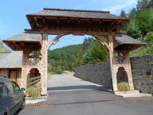 18. Brama przed klasztorem