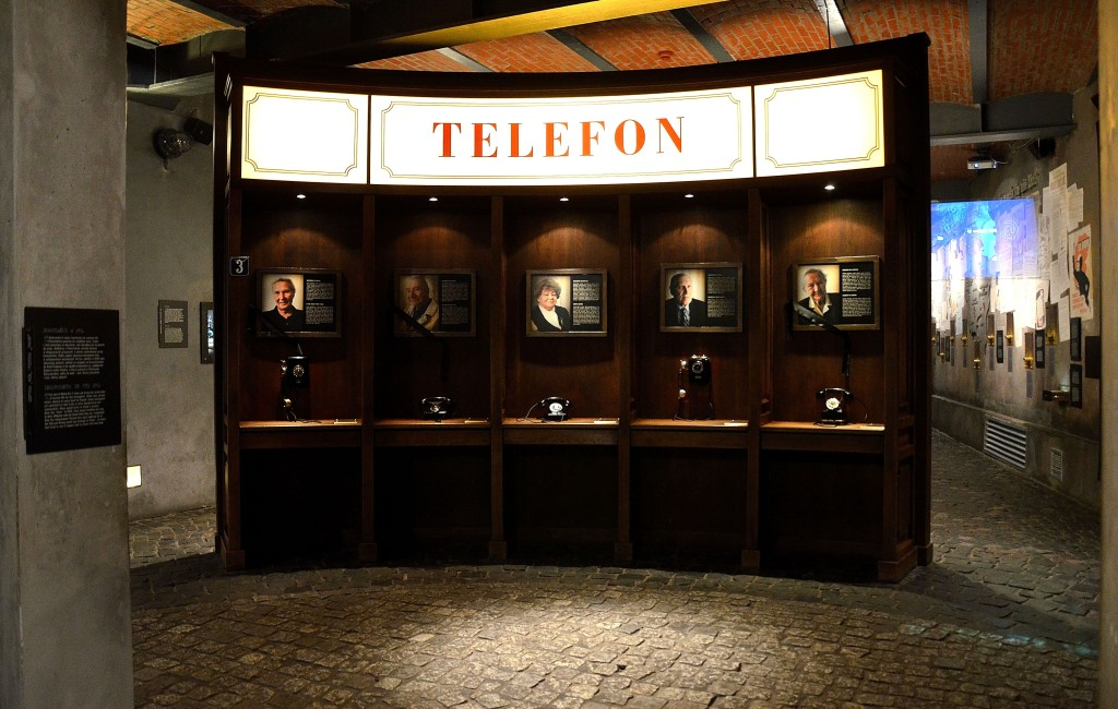 Telefony_z_relacjami_powstanców_parter_Muzeum_Powstania_Warszawskiego