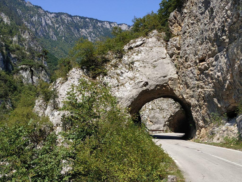 Malownicza droga krajowa M18 biegnąca wzdłuż kanionu Pivado przejścia granicznego zBośnią przecina dziesiątki tuneli wykutych w litej skale.